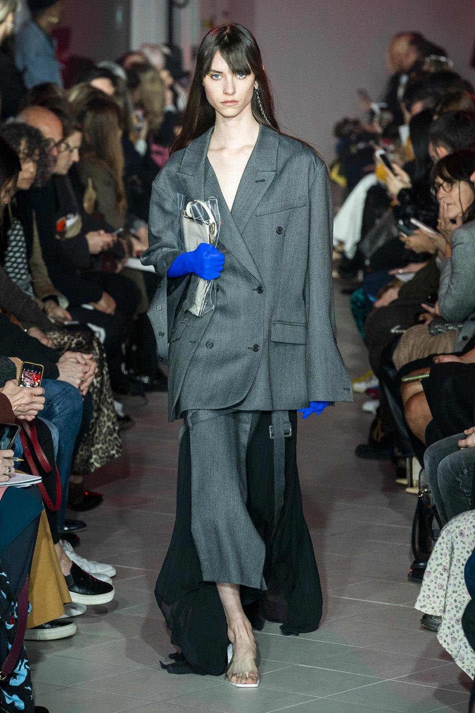 Rokh时装系列夹克系着金属钩子里面夹着镶满银色扣眼的铅笔裙-31.jpg