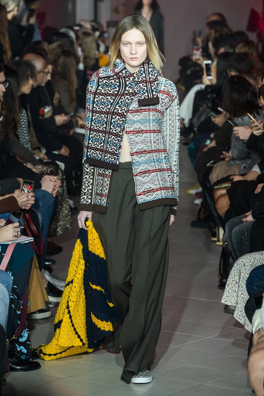 Rokh时装系列夹克系着金属钩子里面夹着镶满银色扣眼的铅笔裙-30.jpg