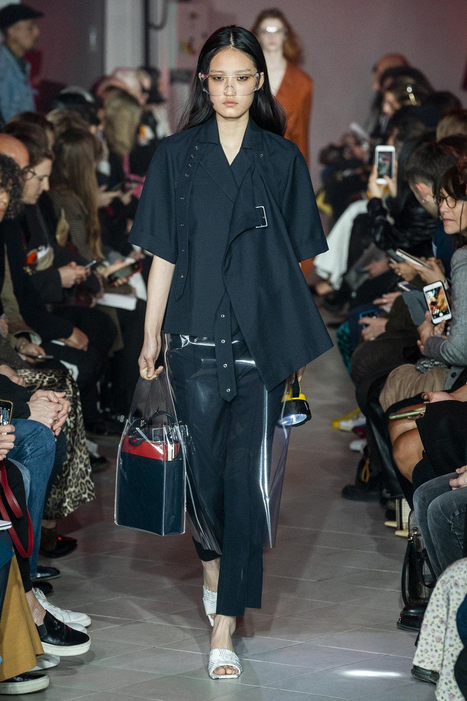 Rokh时装系列夹克系着金属钩子里面夹着镶满银色扣眼的铅笔裙-32.jpg