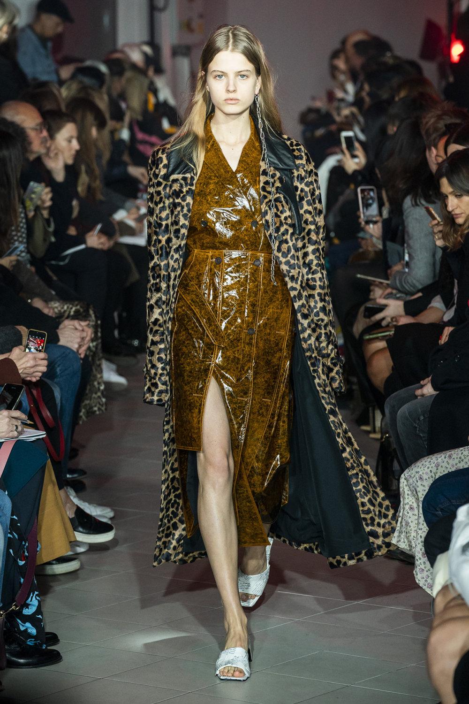Rokh时装系列夹克系着金属钩子里面夹着镶满银色扣眼的铅笔裙-34.jpg
