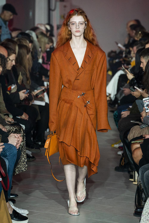 Rokh时装系列夹克系着金属钩子里面夹着镶满银色扣眼的铅笔裙-33.jpg