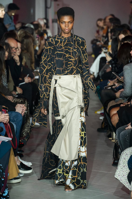 Rokh时装系列夹克系着金属钩子里面夹着镶满银色扣眼的铅笔裙-37.jpg