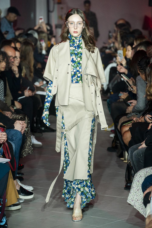 Rokh时装系列夹克系着金属钩子里面夹着镶满银色扣眼的铅笔裙-36.jpg