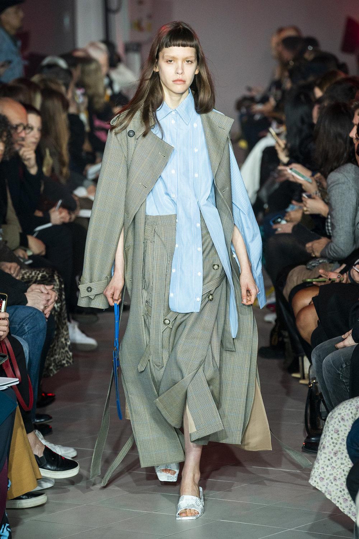 Rokh时装系列夹克系着金属钩子里面夹着镶满银色扣眼的铅笔裙-38.jpg