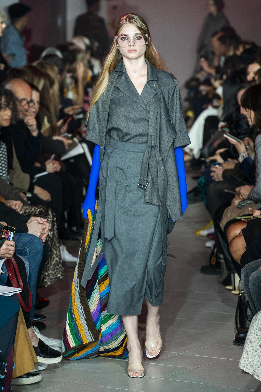 Rokh时装系列夹克系着金属钩子里面夹着镶满银色扣眼的铅笔裙-39.jpg