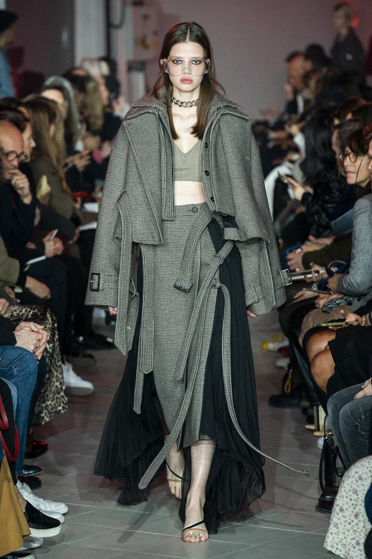Rokh时装系列夹克系着金属钩子里面夹着镶满银色扣眼的铅笔裙-40.jpg