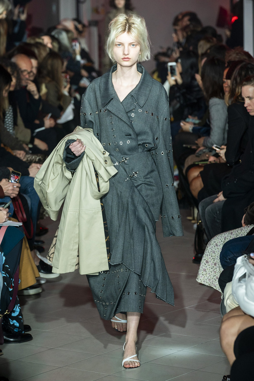Rokh时装系列夹克系着金属钩子里面夹着镶满银色扣眼的铅笔裙-41.jpg