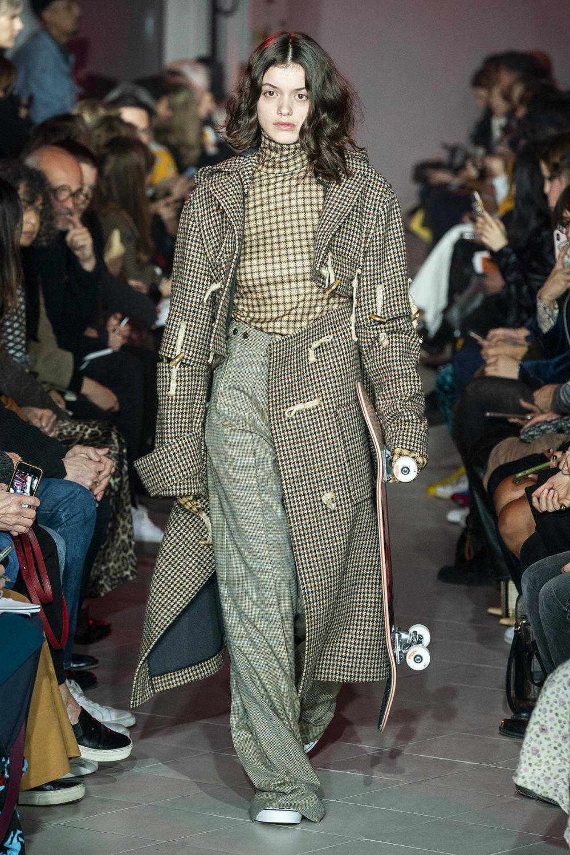 Rokh时装系列夹克系着金属钩子里面夹着镶满银色扣眼的铅笔裙-42.jpg