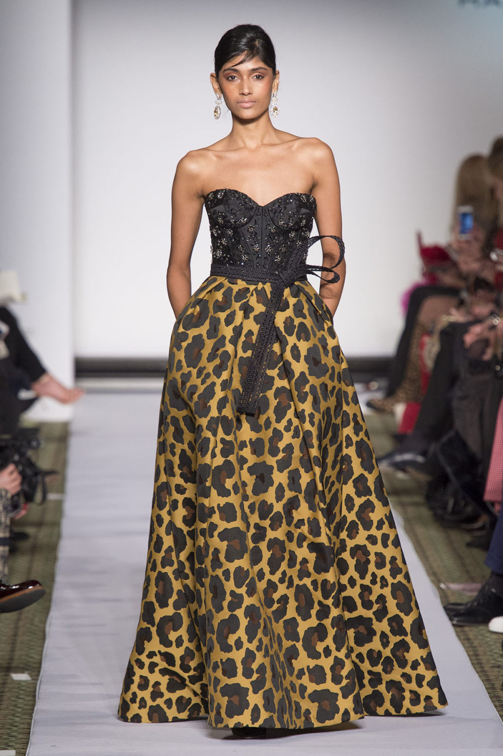 Carolina Herrera时装系列用鲜艳的颜色充满智能的黑白色调-5.jpg