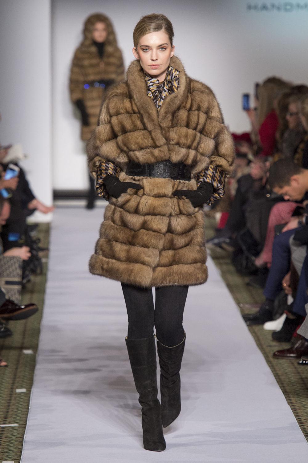 Carolina Herrera时装系列用鲜艳的颜色充满智能的黑白色调-10.jpg