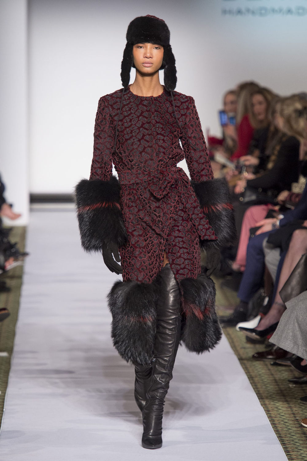 Carolina Herrera时装系列用鲜艳的颜色充满智能的黑白色调-18.jpg