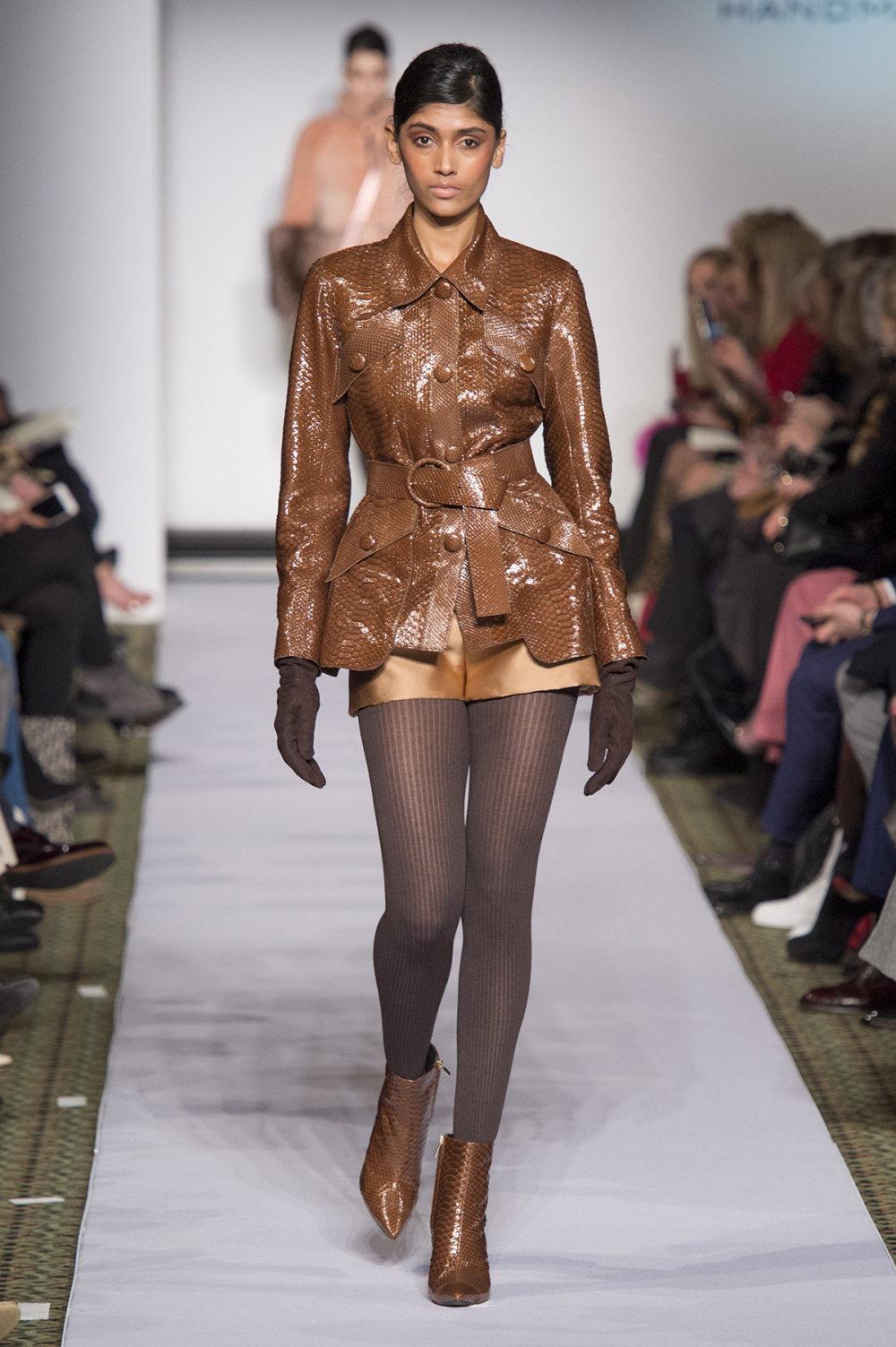 Carolina Herrera时装系列用鲜艳的颜色充满智能的黑白色调-38.jpg