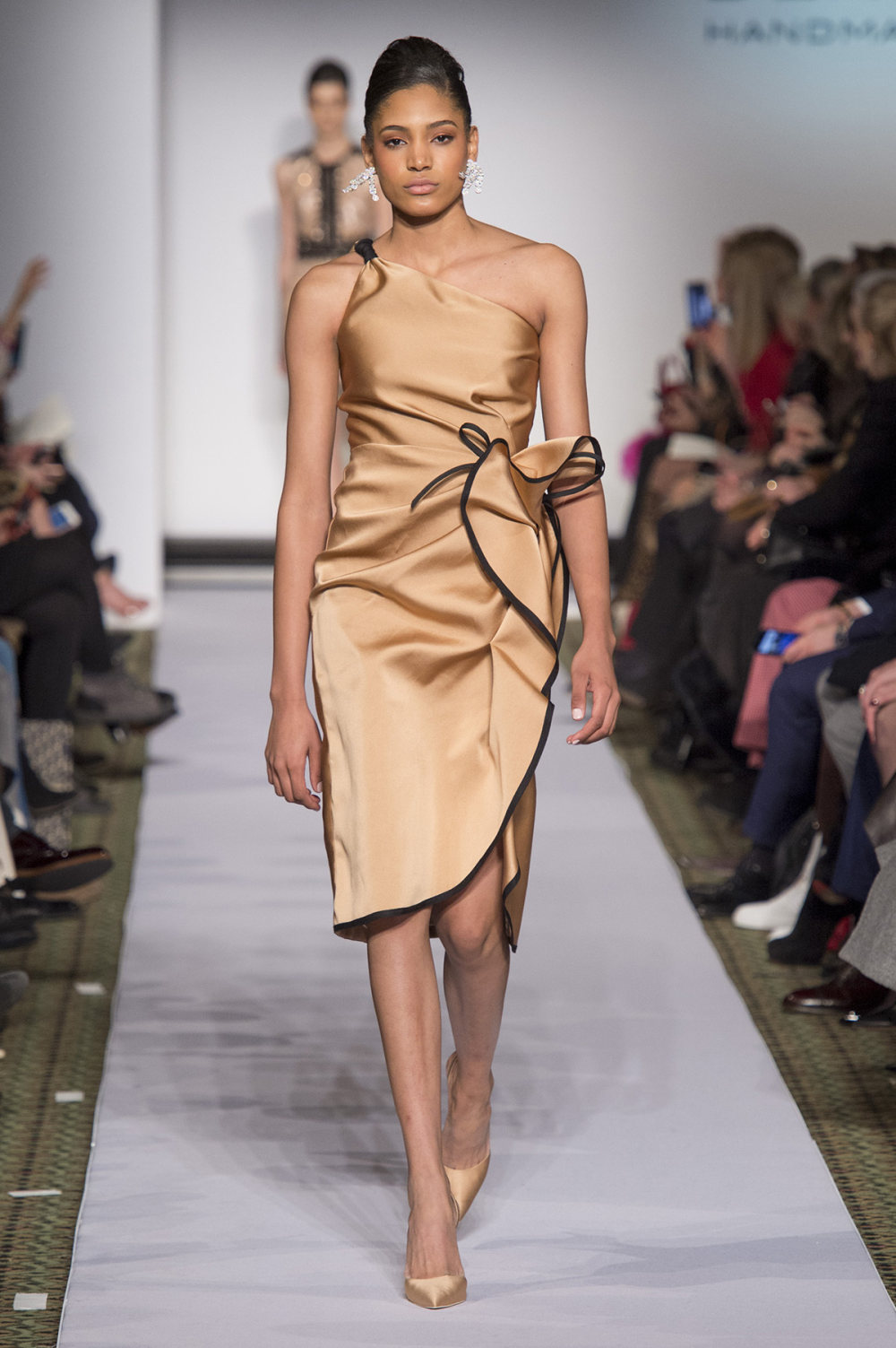 Carolina Herrera时装系列用鲜艳的颜色充满智能的黑白色调-41.jpg
