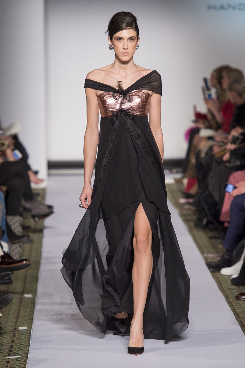 Carolina Herrera时装系列用鲜艳的颜色充满智能的黑白色调-44.jpg