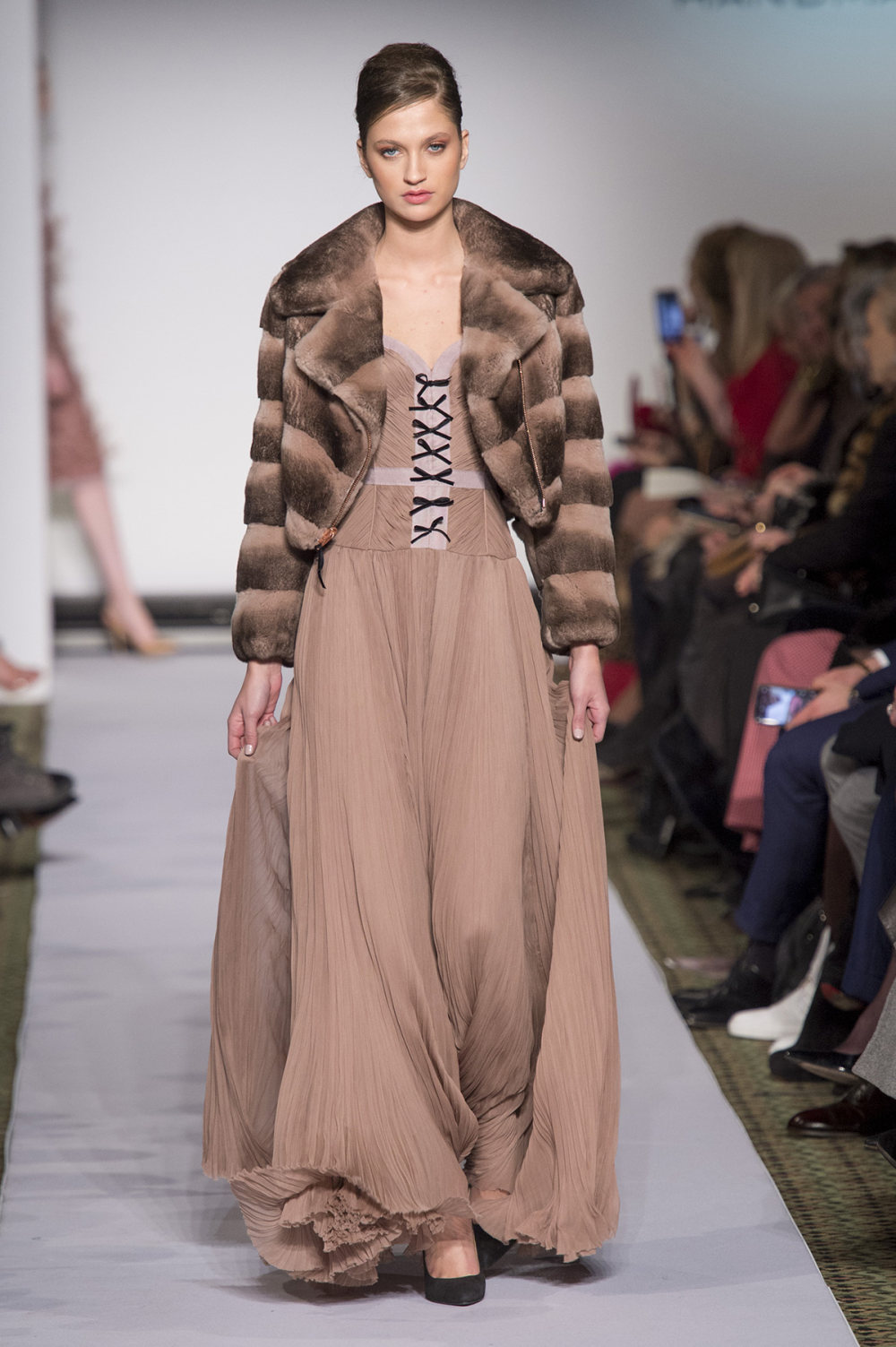 Carolina Herrera时装系列用鲜艳的颜色充满智能的黑白色调-45.jpg