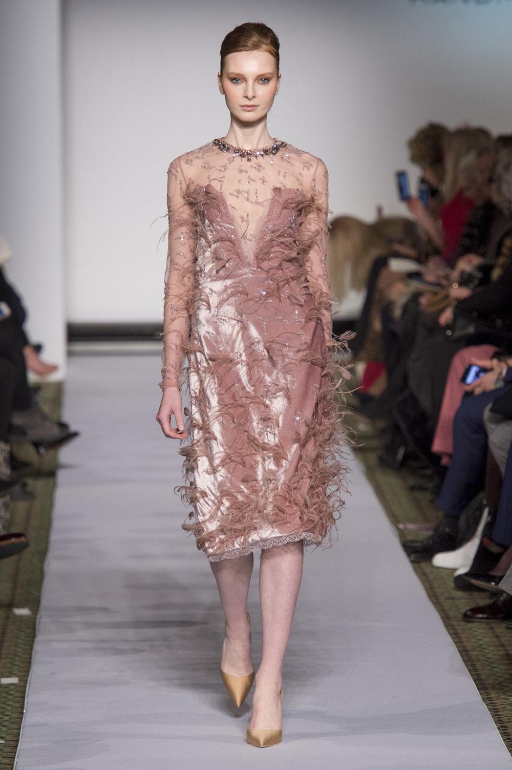 Carolina Herrera时装系列用鲜艳的颜色充满智能的黑白色调-46.jpg