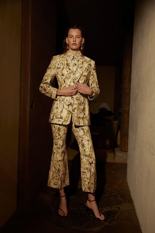 Camilla and Marc时装系列单肩银色迷你裙和黑色油膜涂层大衣-4.jpg