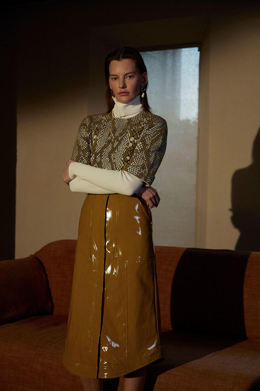 Camilla and Marc时装系列单肩银色迷你裙和黑色油膜涂层大衣-5.jpg