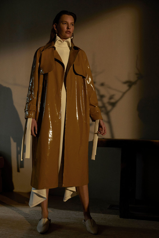 Camilla and Marc时装系列单肩银色迷你裙和黑色油膜涂层大衣-7.jpg