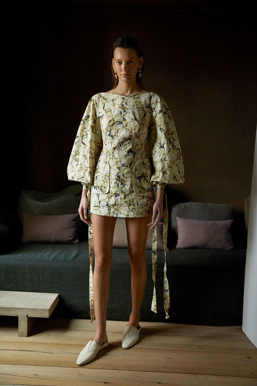 Camilla and Marc时装系列单肩银色迷你裙和黑色油膜涂层大衣-8.jpg