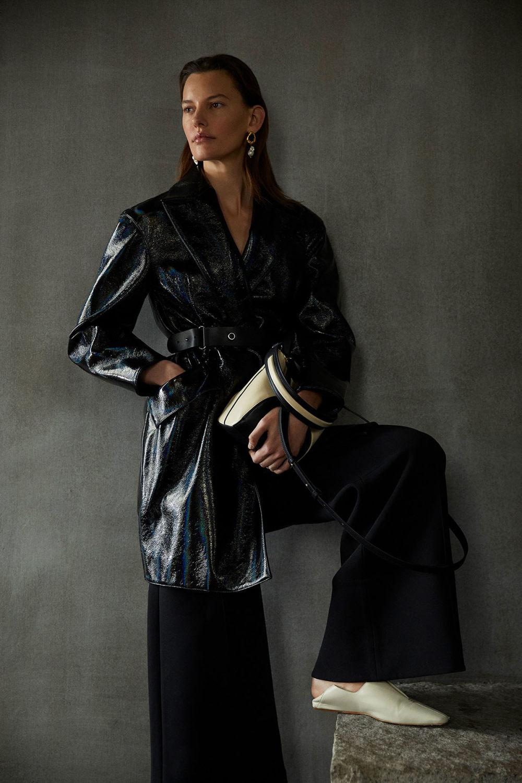 Camilla and Marc时装系列单肩银色迷你裙和黑色油膜涂层大衣-9.jpg