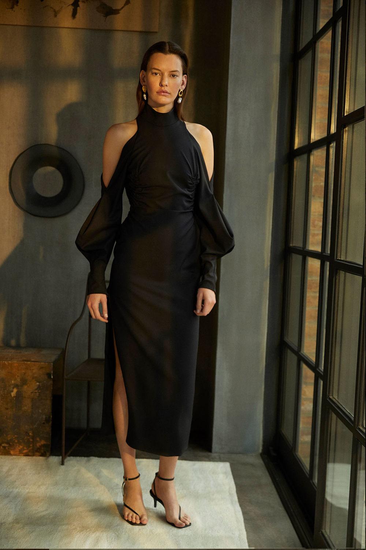 Camilla and Marc时装系列单肩银色迷你裙和黑色油膜涂层大衣-12.jpg