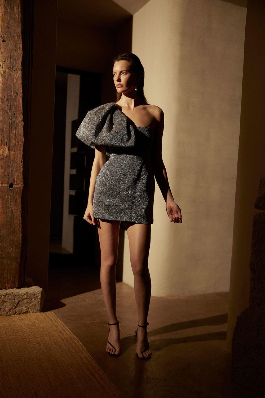 Camilla and Marc时装系列单肩银色迷你裙和黑色油膜涂层大衣-13.jpg