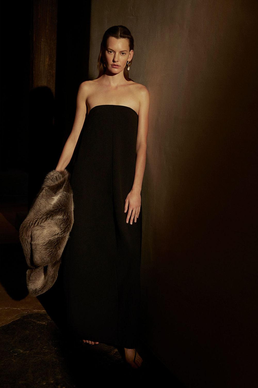 Camilla and Marc时装系列单肩银色迷你裙和黑色油膜涂层大衣-15.jpg
