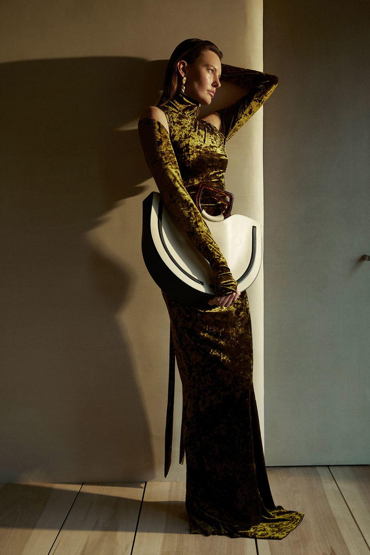 Camilla and Marc时装系列单肩银色迷你裙和黑色油膜涂层大衣-17.jpg