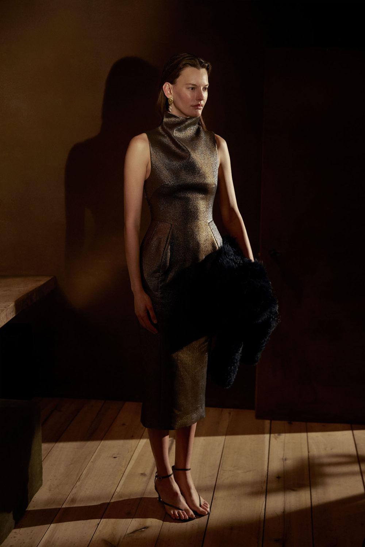 Camilla and Marc时装系列单肩银色迷你裙和黑色油膜涂层大衣-19.jpg