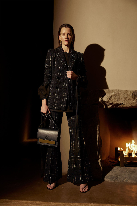 Camilla and Marc时装系列单肩银色迷你裙和黑色油膜涂层大衣-22.jpg