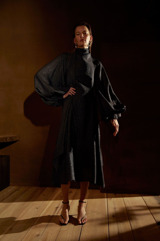 Camilla and Marc时装系列单肩银色迷你裙和黑色油膜涂层大衣-23.jpg