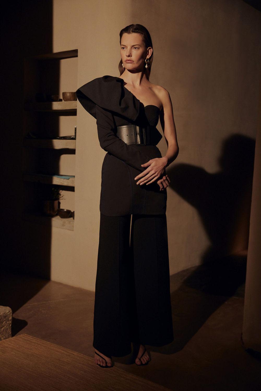 Camilla and Marc时装系列单肩银色迷你裙和黑色油膜涂层大衣-24.jpg