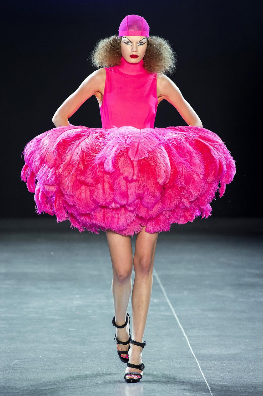 Christian Cowan时装系列虽然巨大的薄纱层状服装并没有那么特别-1.jpg