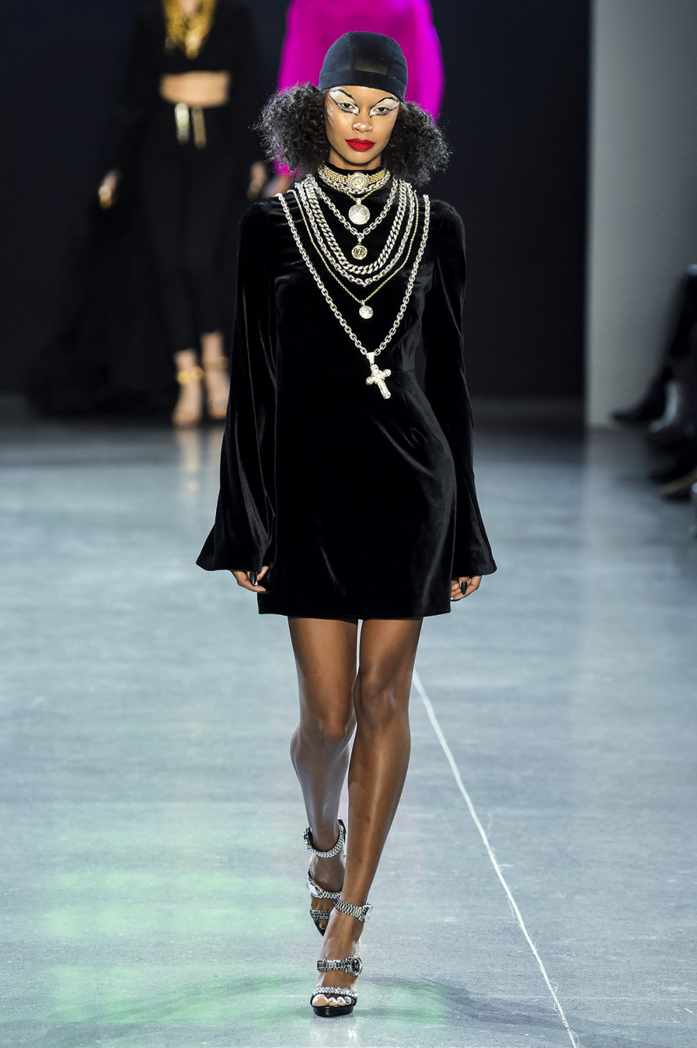 Christian Cowan时装系列虽然巨大的薄纱层状服装并没有那么特别-4.jpg