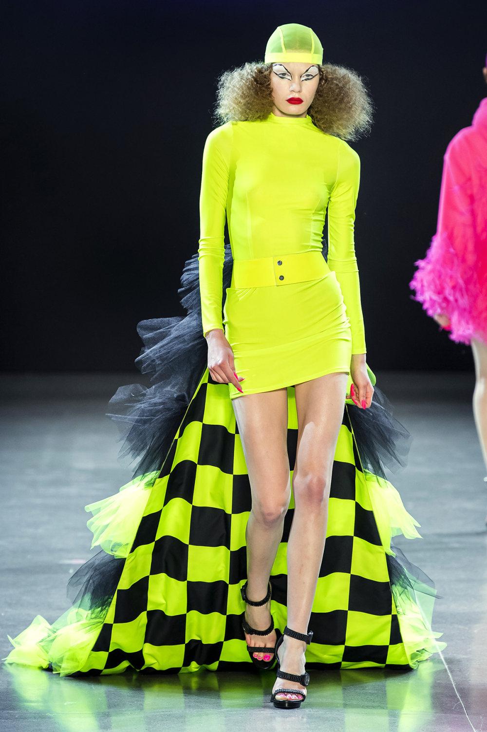 Christian Cowan时装系列虽然巨大的薄纱层状服装并没有那么特别-17.jpg