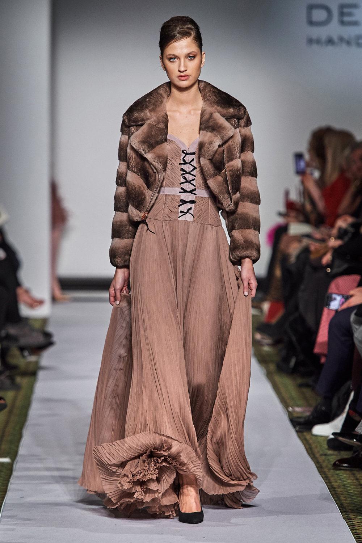 Dennis Basso时装系列感觉更有凝聚力和流线型比过去更少挑剔-45.jpg