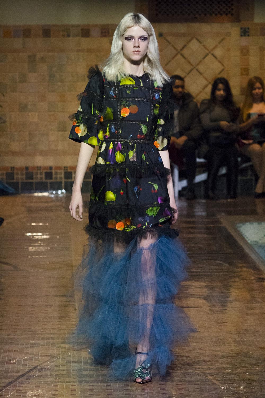 Cynthia Rowley时装系列熟悉的性感连衣裙印有巧妙的水果和花香-1.jpg