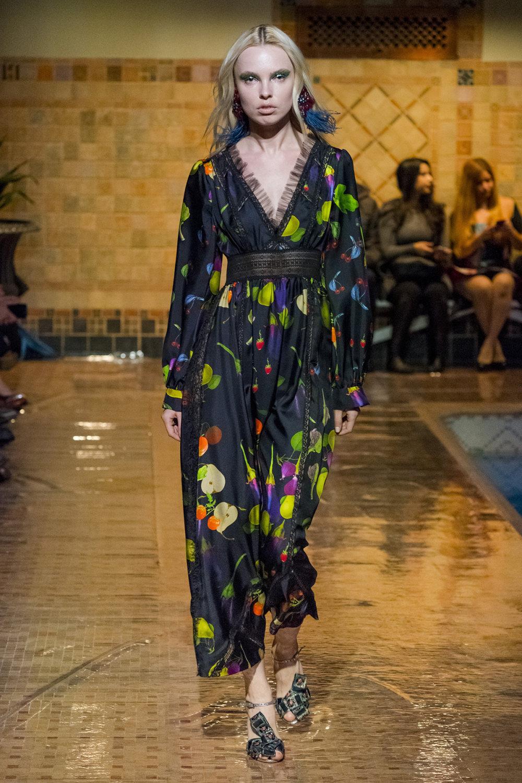 Cynthia Rowley时装系列熟悉的性感连衣裙印有巧妙的水果和花香-3.jpg