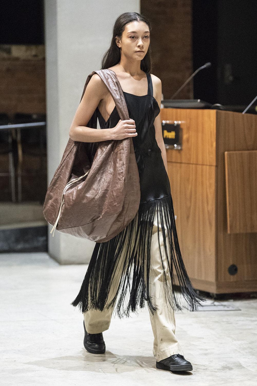 COTW时装系列手绘和刺绣的朴实奢华以及皱折的T恤和黑色裤子-1.jpg