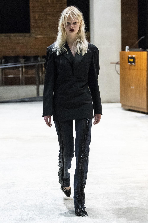 COTW时装系列手绘和刺绣的朴实奢华以及皱折的T恤和黑色裤子-2.jpg