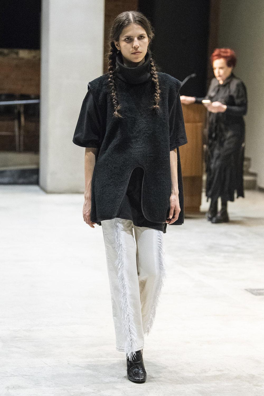 COTW时装系列手绘和刺绣的朴实奢华以及皱折的T恤和黑色裤子-3.jpg