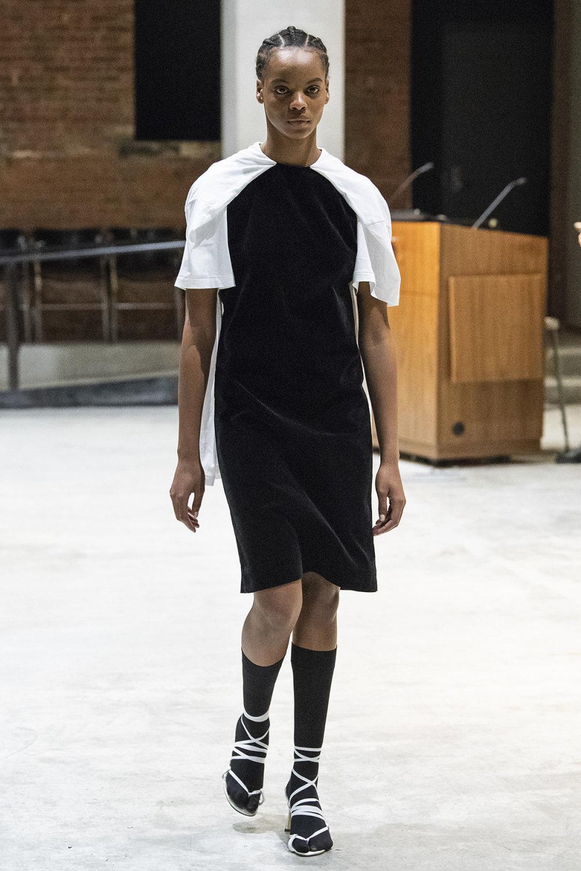 COTW时装系列手绘和刺绣的朴实奢华以及皱折的T恤和黑色裤子-4.jpg