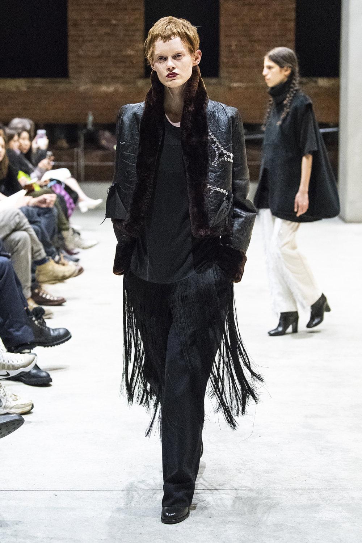 COTW时装系列手绘和刺绣的朴实奢华以及皱折的T恤和黑色裤子-6.jpg