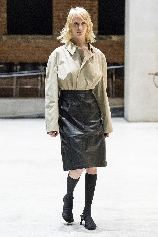 COTW时装系列手绘和刺绣的朴实奢华以及皱折的T恤和黑色裤子-10.jpg