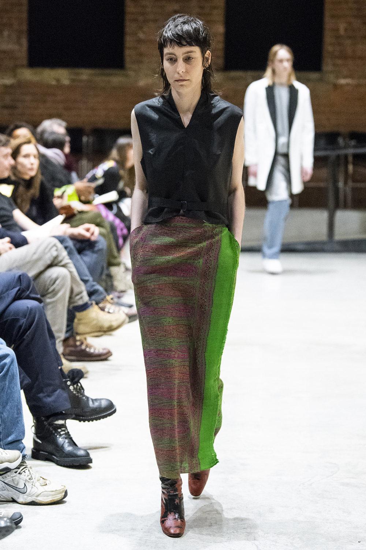 COTW时装系列手绘和刺绣的朴实奢华以及皱折的T恤和黑色裤子-15.jpg