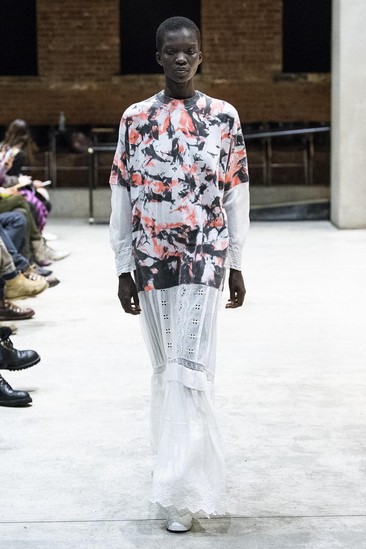 COTW时装系列手绘和刺绣的朴实奢华以及皱折的T恤和黑色裤子-20.jpg