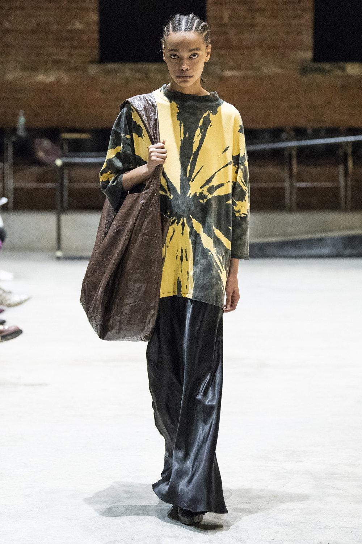 COTW时装系列手绘和刺绣的朴实奢华以及皱折的T恤和黑色裤子-22.jpg