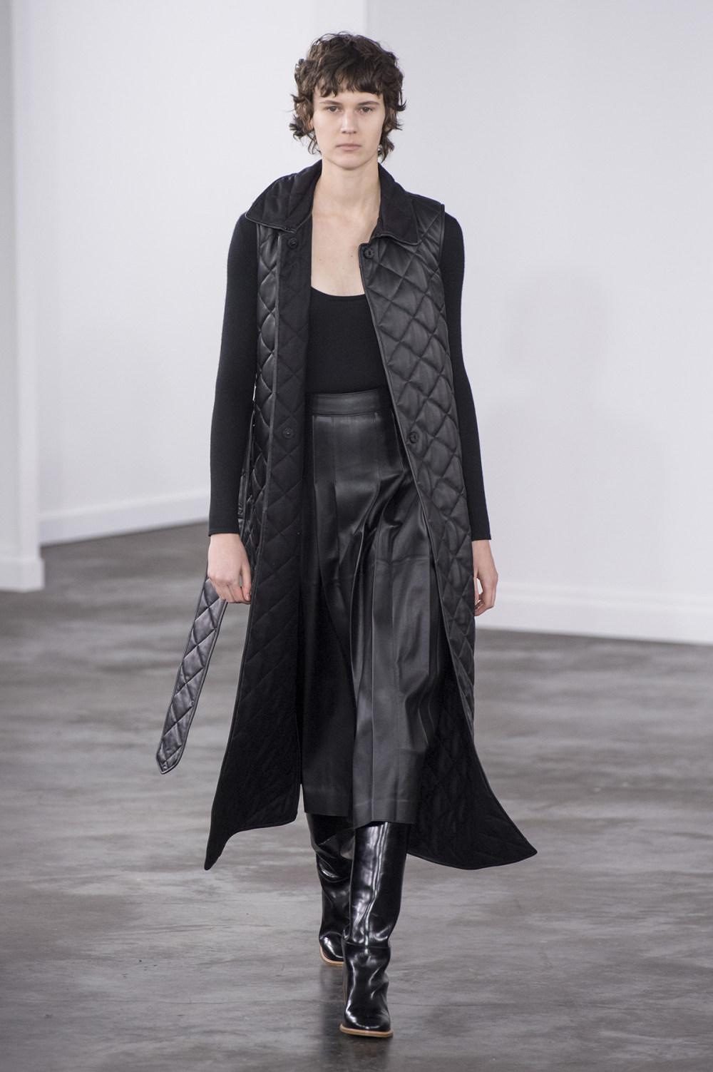 Gabriela Hearst时装系列细条纹西装和宽大毛衣之间形成鲜明对比-3.jpg