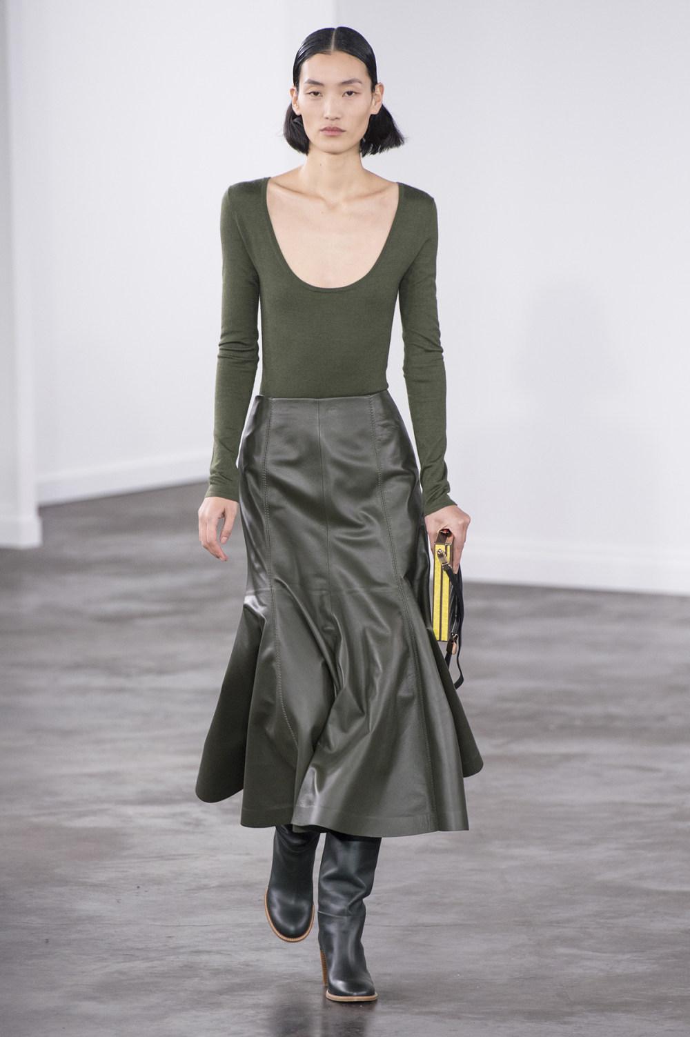 Gabriela Hearst时装系列细条纹西装和宽大毛衣之间形成鲜明对比-5.jpg